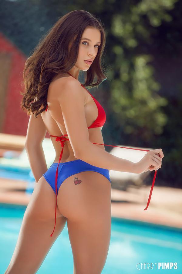 Fotos calientes de la hermosa pornstar Lana Rhoades