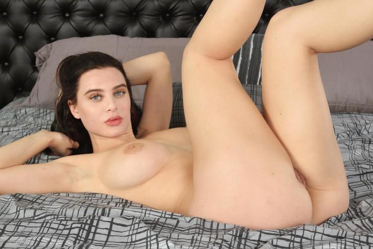 Lana Rhoades en lencería negra