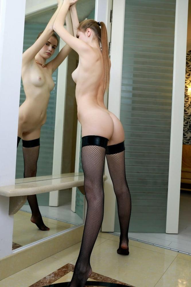 Elle Tan la joven rusa muestra su conchita