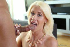 Riley Jenner a la rubia le gusta follar por la vagina