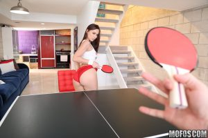 Aidra Fox pierde al tenis de mesa y entrega el culo
