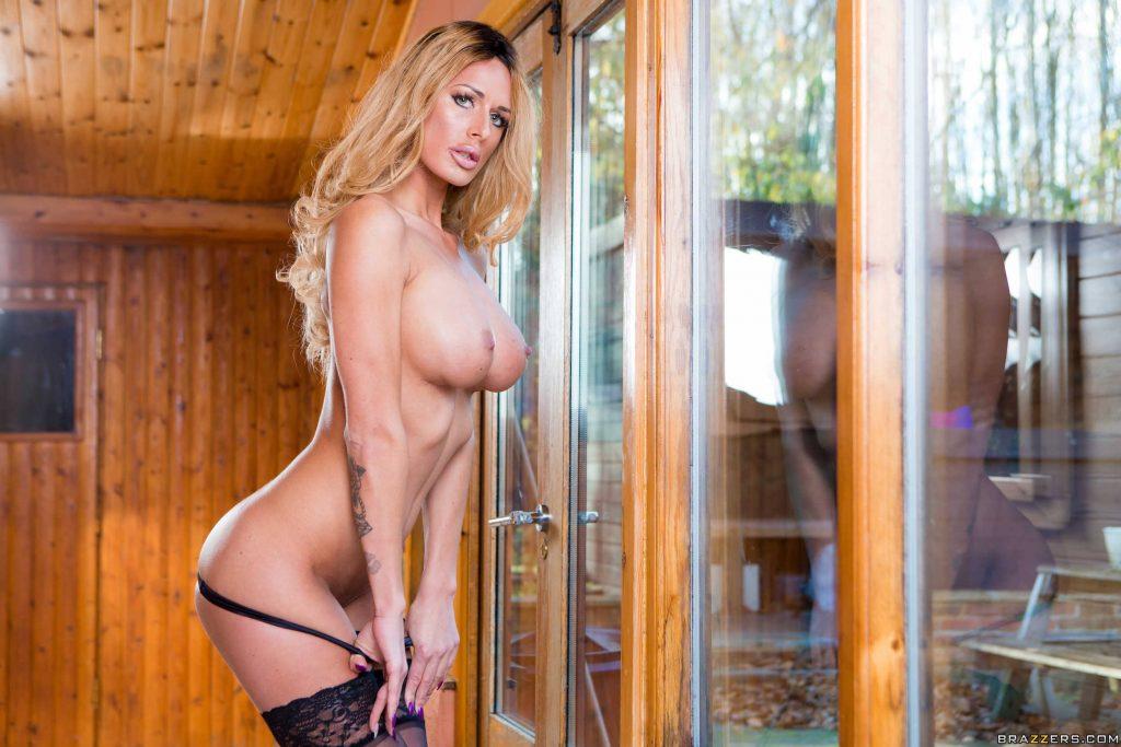 Chelsey Lanette sexy milf en lencería negra muestra su coño