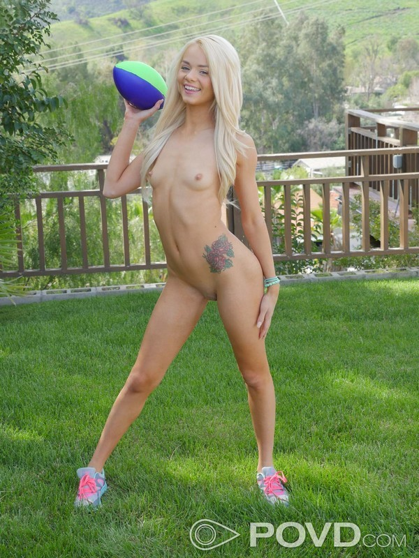 Elsa Jean con conjunto deportivo chupa verga al aire libre