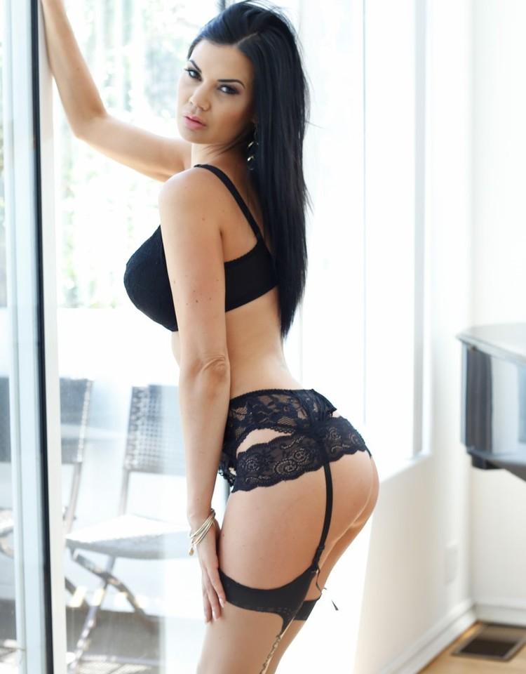 Jasmine Jae usa lencería sexy y muestra su culazo perfecto