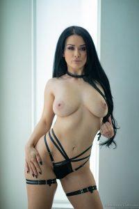 Katrina Jade en tanga negra