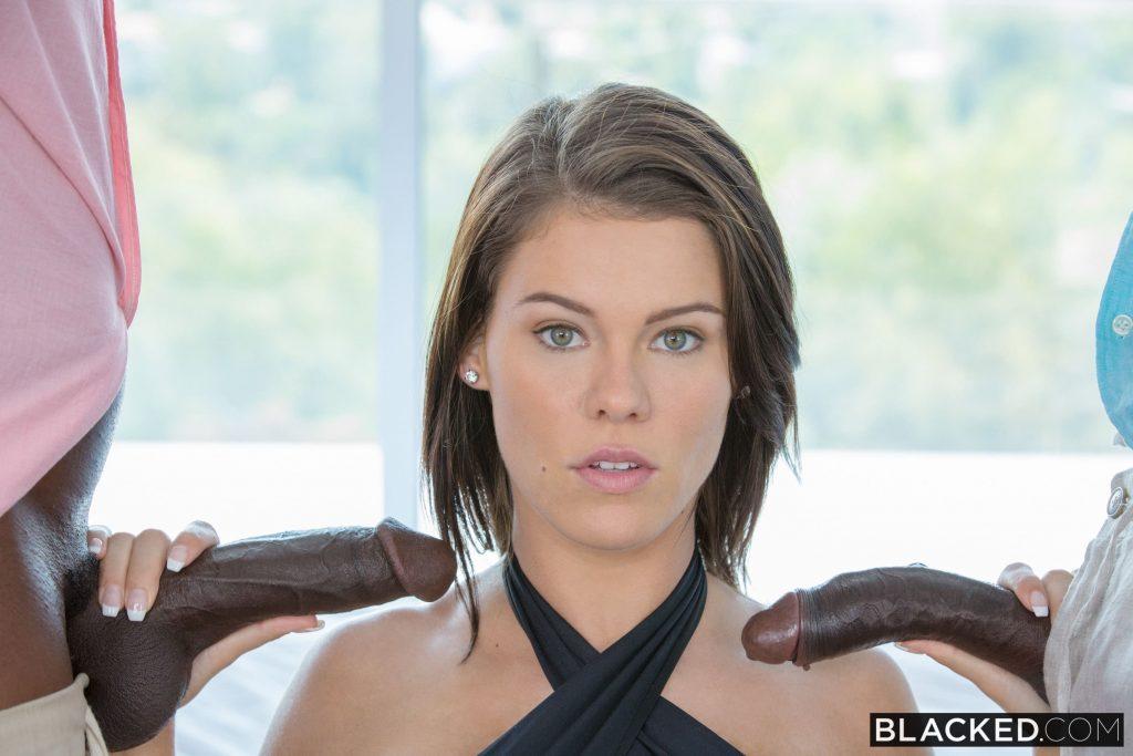 Peta Jensen culazo en tanga y dos vergas negras para ella