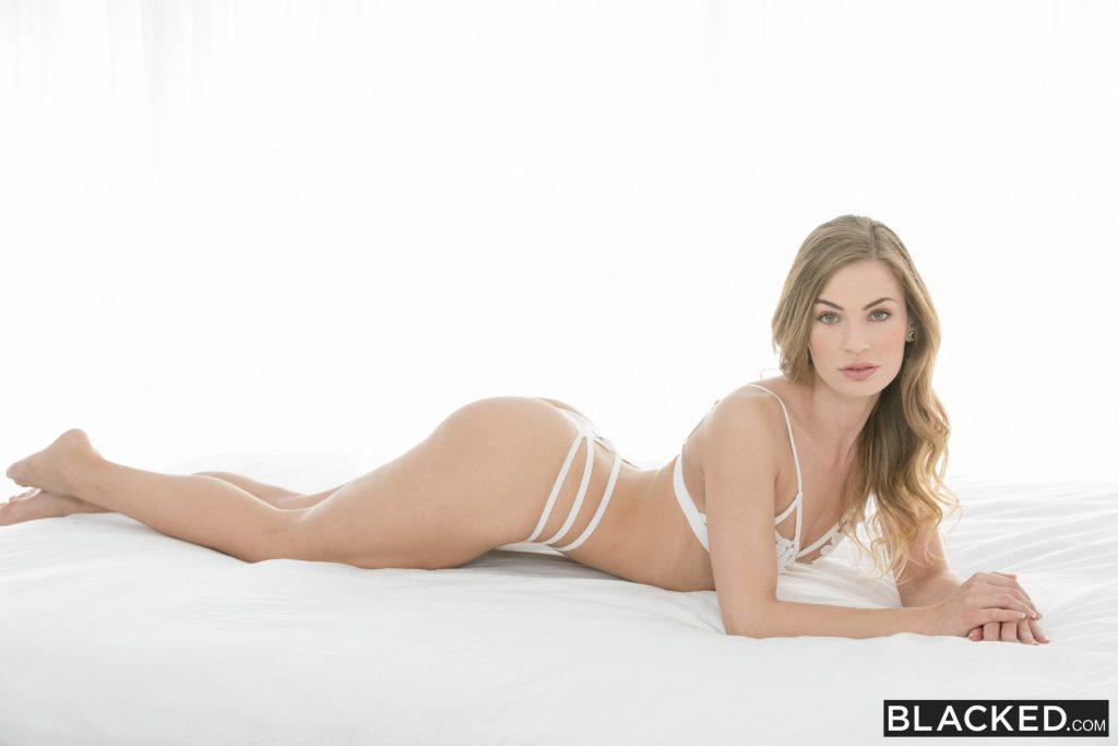 Sydney Cole la rubia muestra el culo en lencería