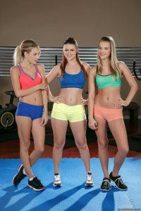 Tres putitas muy lindas muestran sus vaginas juntas