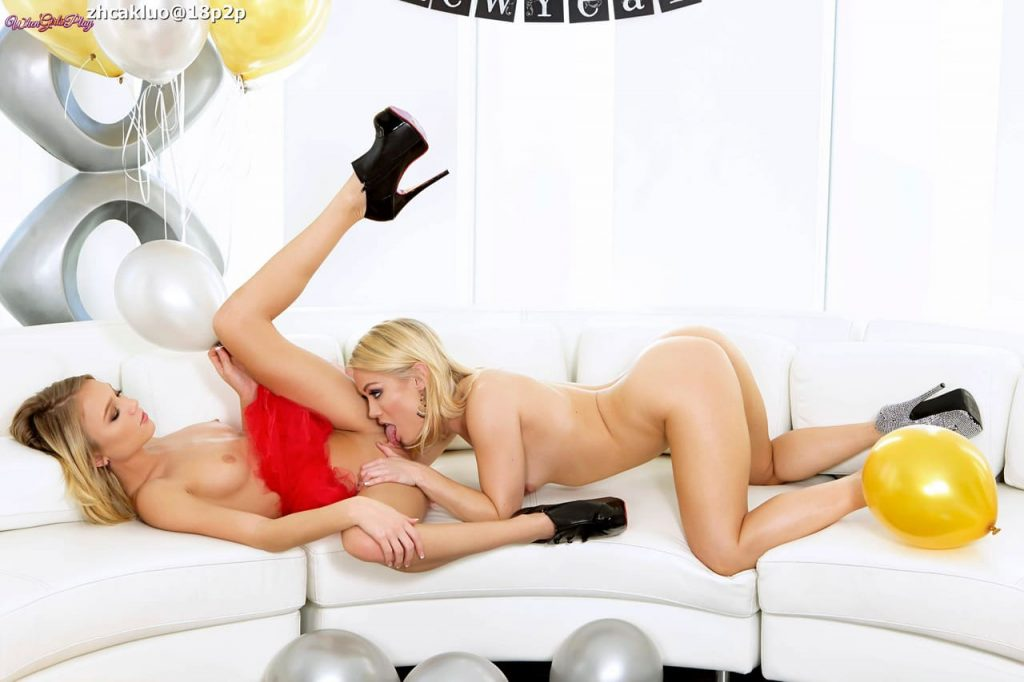 Dos rubias festejan año nuevo chupando sus coños