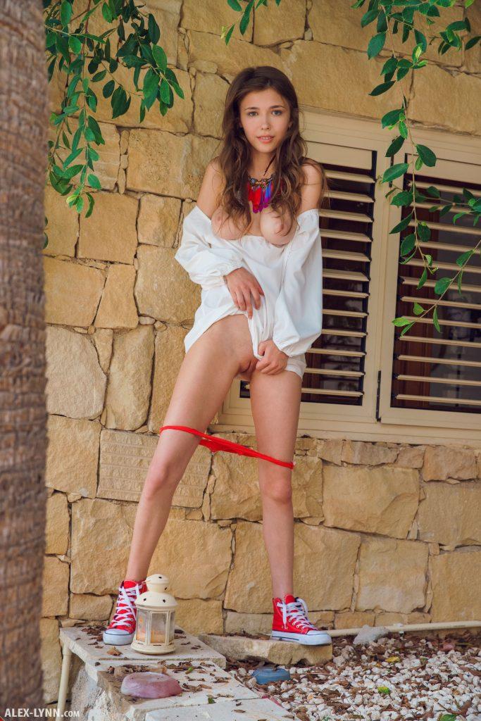 Mila Azul usa un calzón rojo y muestra su linda conchita