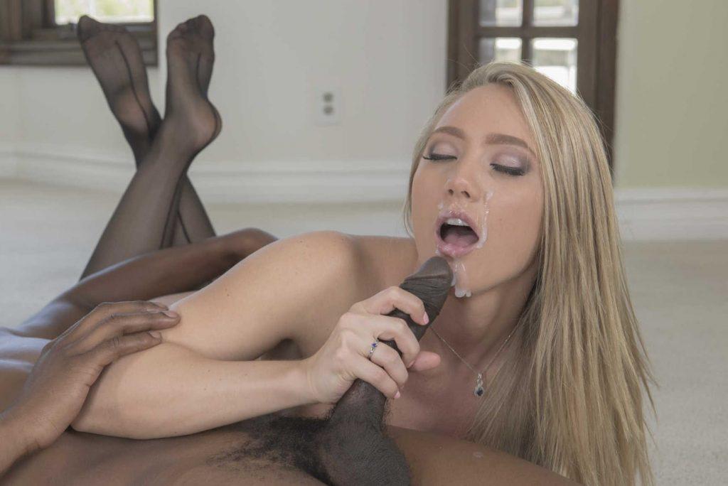 AJ Applegate una sirvienta culona que tiene sexo interracial