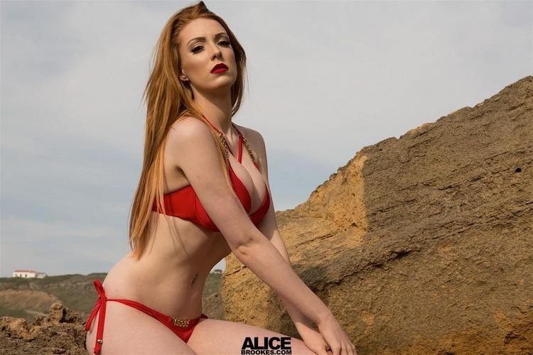 Alice Brookes colorada tetona en bikini roja