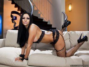 Audrey Bitoni muy sexy en lencería negra