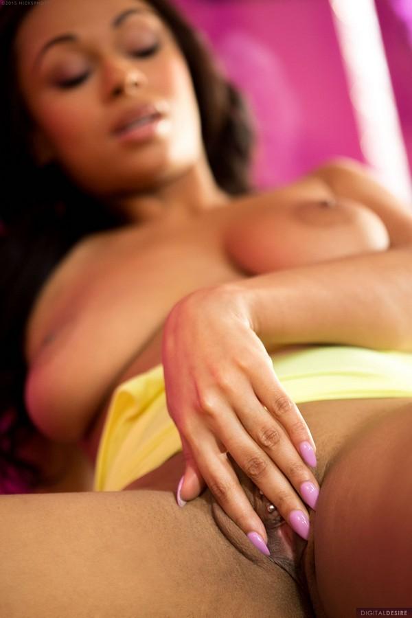 Bethany Benz la sensual morena muestra su conchita