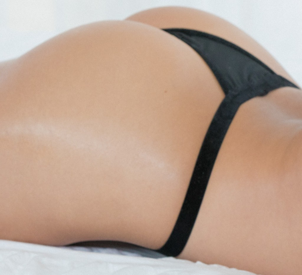 Blair Williams muestra su culazo en tanga negra