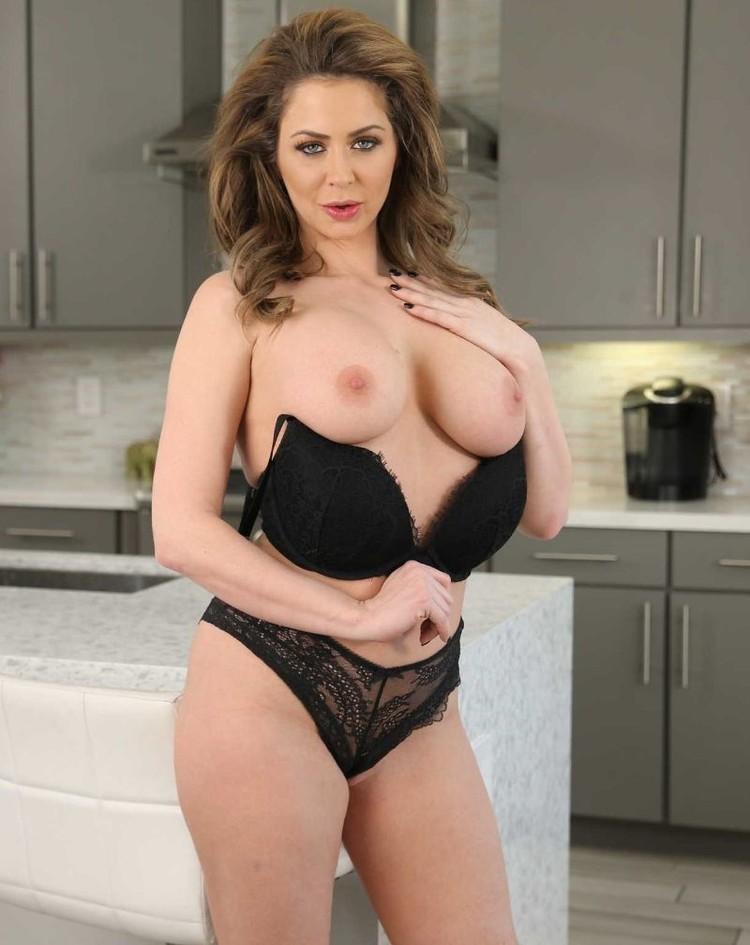 Emily Addison muestra su vagina fenomenal en la cocina