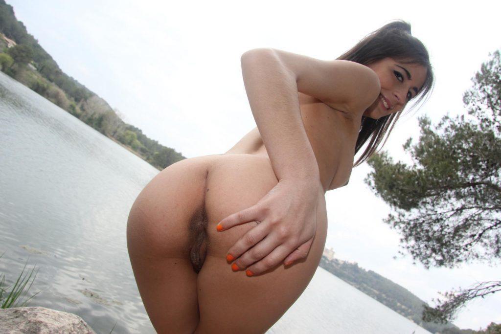 Ena Sweet la española muestra su conchita al aire libre
