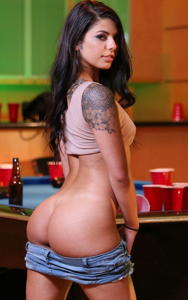 Gina Valentina mostra seu traseiro redondo