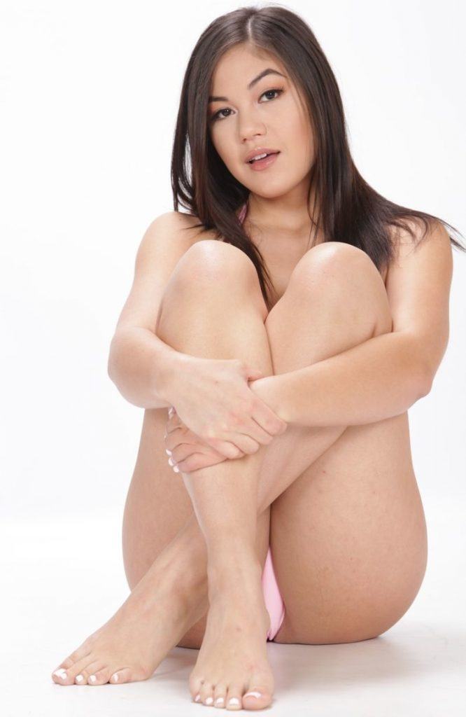 Kendra Spade en tanga muestra su vagina peluda