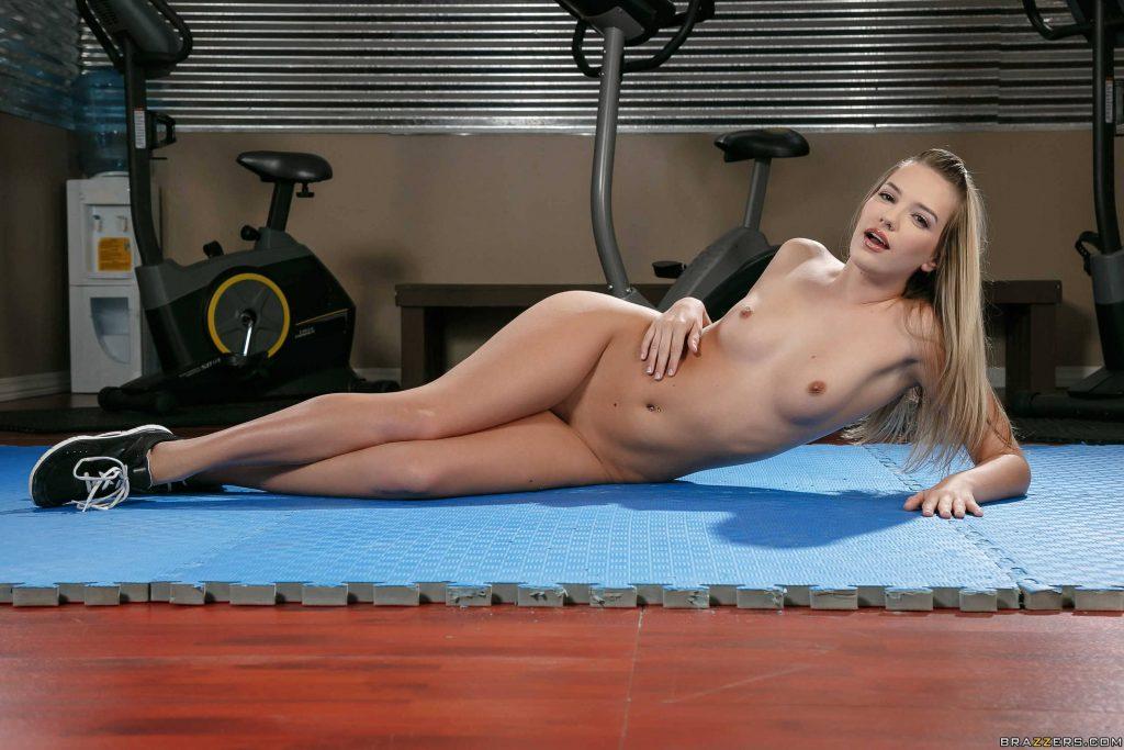 Kenna James muestra su deliciosa vagina en el gym