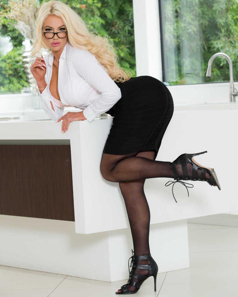 Nicolette Shea una secretaria caliente que  lo muestra todo