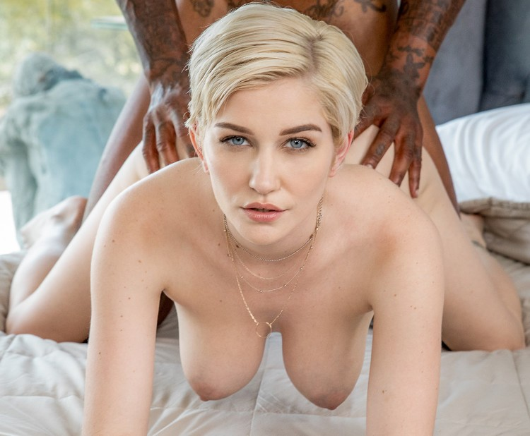 Skye Blue - a la rubia le gusta negra y gruesa