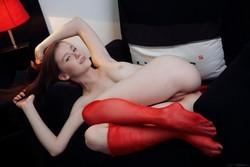 Emily Bloom se quita su lencería y muestra la vagina