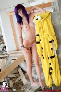 Teen hermosa se desnuda y lo muestra todo