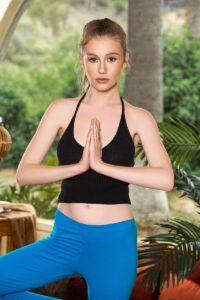Hace yoga y te muestra la concha