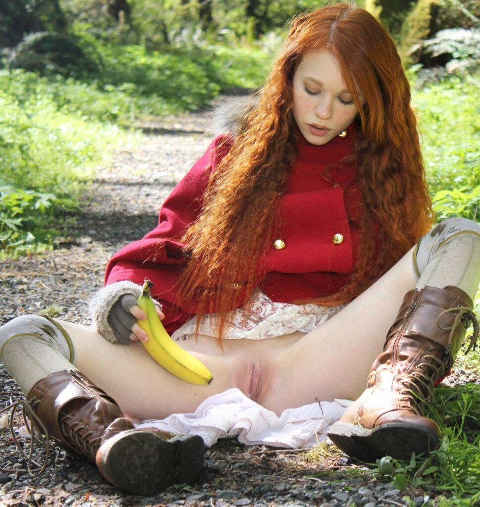Dolly Little mete un plátano en su vagina al aire libre
