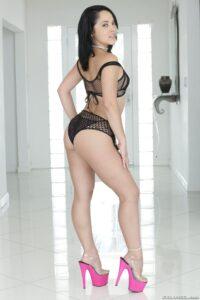 Kristina Rose usa lencería sexy y muestra su vagina