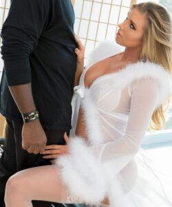 Samantha Saint disfruta de una verga enorme (interracial)