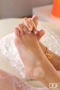 Melena Maria juega con sus pies de manera muy sensual