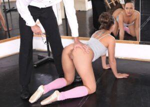 Blue Angel una lección de ballet y una verga para su concha