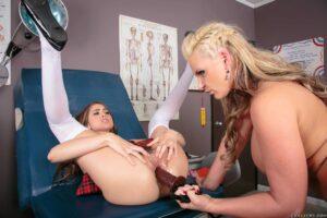 Phoenix Marie y Riley Reid la pasan genial en la clínica