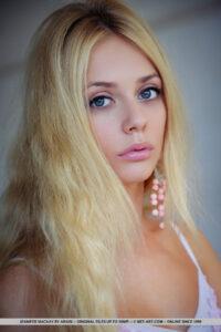 La rubia caliente Jennifer Mackay en lencería blanca