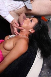 Sandra Romain usa vestido sexy chupa pija y folla por el culo